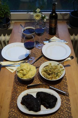 Rinderbäckchen in köstlicher Soße zu Kartoffelstampf und Spitzkohl (Tischbild)