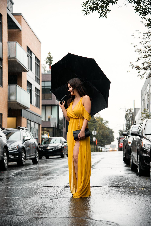 marie-chloé falardeau robe longue jaune pluie parapluie rue