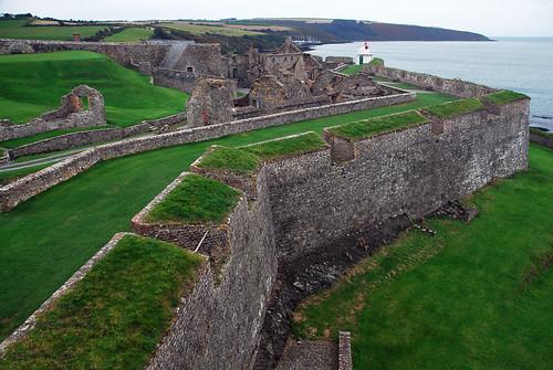 Le mur en forme d'étoile qui entoure les ruines du fort Charles à Kinsale, Irlande