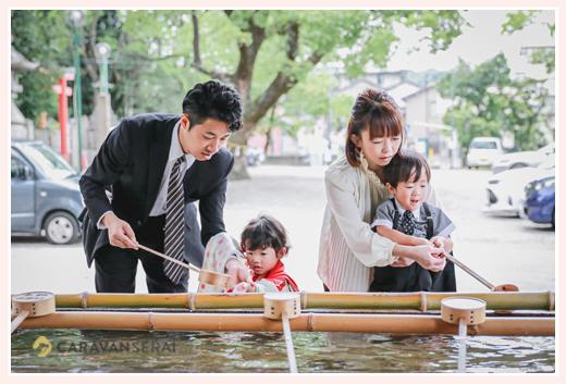 深川神社(愛知県瀬戸市)の手水舎で手を浄める親子