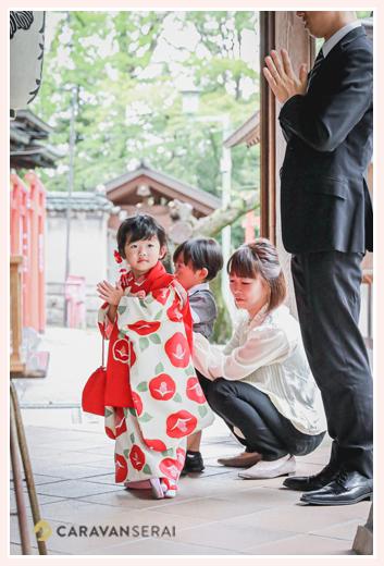双子の兄弟の七五三 深川神社(愛知県瀬戸市) お祈りをする女の子