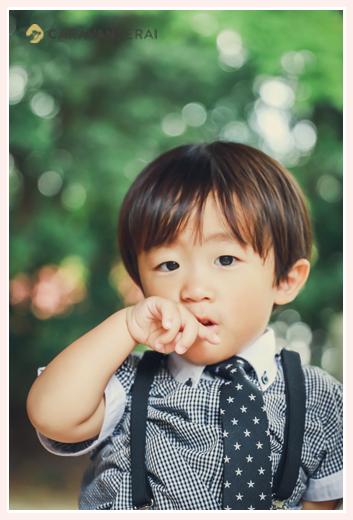 3歳の男の子 ネクタイをしめて