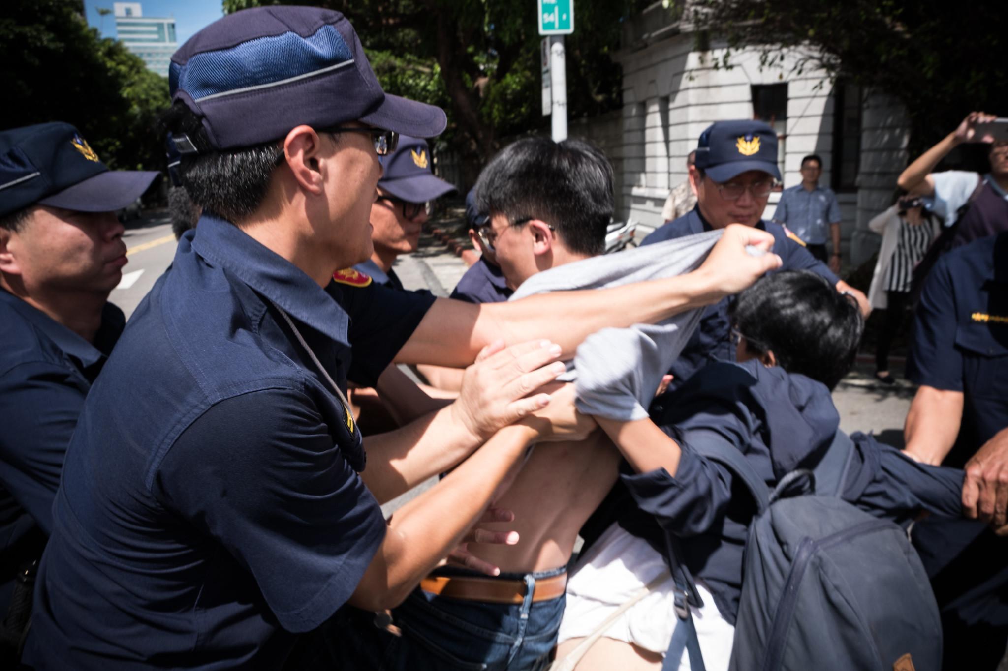 抗爭者遭警方強制排除。(攝影:唐佐欣)