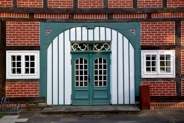 Kirchlinteln: Tür am ev. Gemeindehaus
