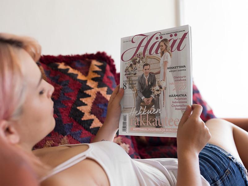 Haat-lehti 201902 morsian lukee haalehtea sohvalla