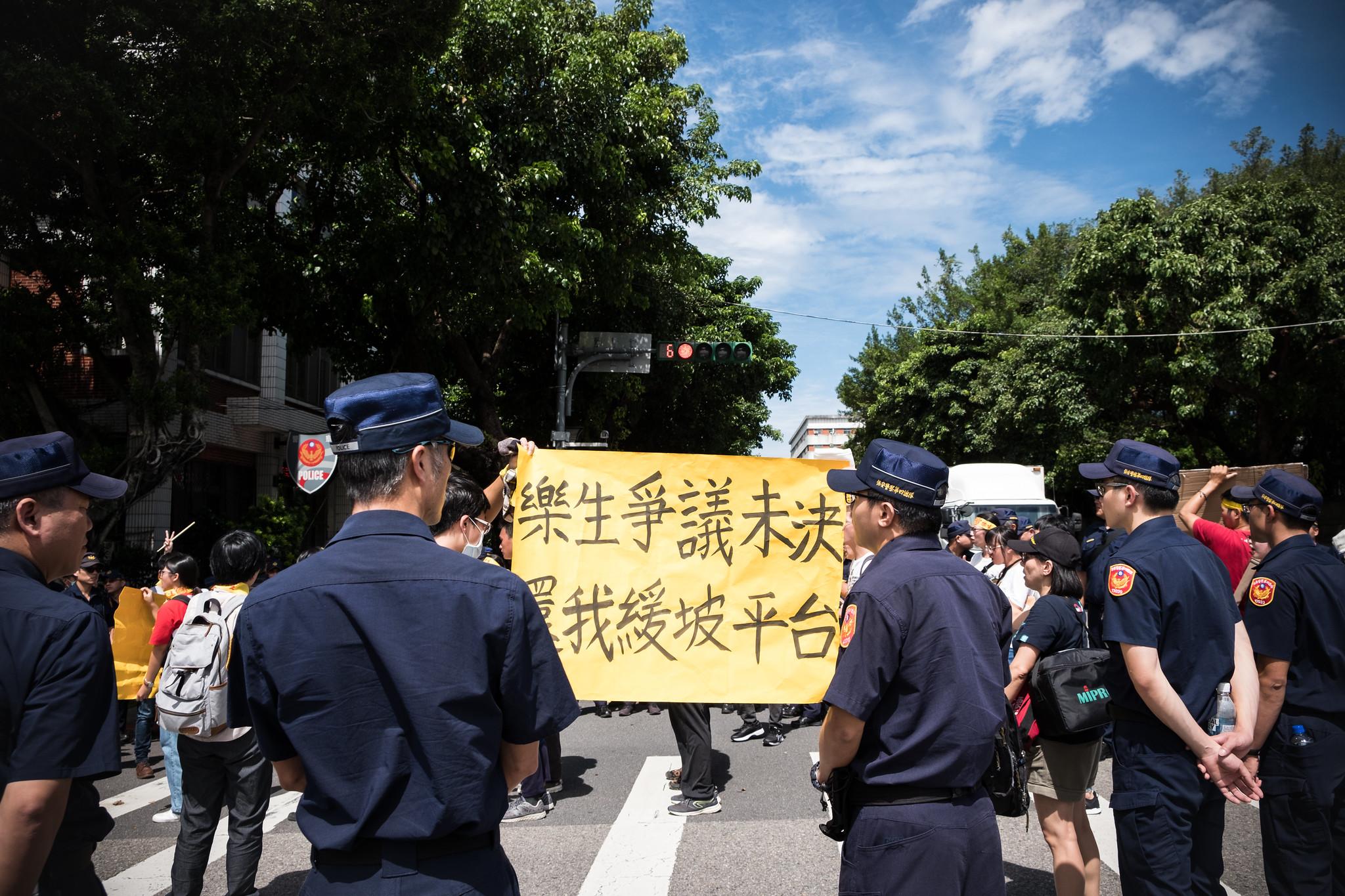 隊伍由台北賓館出發,旋即被警力圍困在蛇籠前。(攝影:唐佐欣)