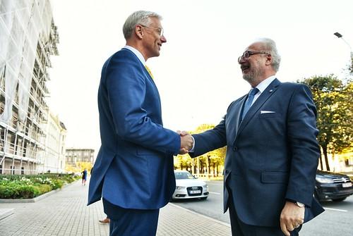 Valsts prezidents Egils Levits tiekas ar Ministru prezidentu Krišjāni Kariņu.