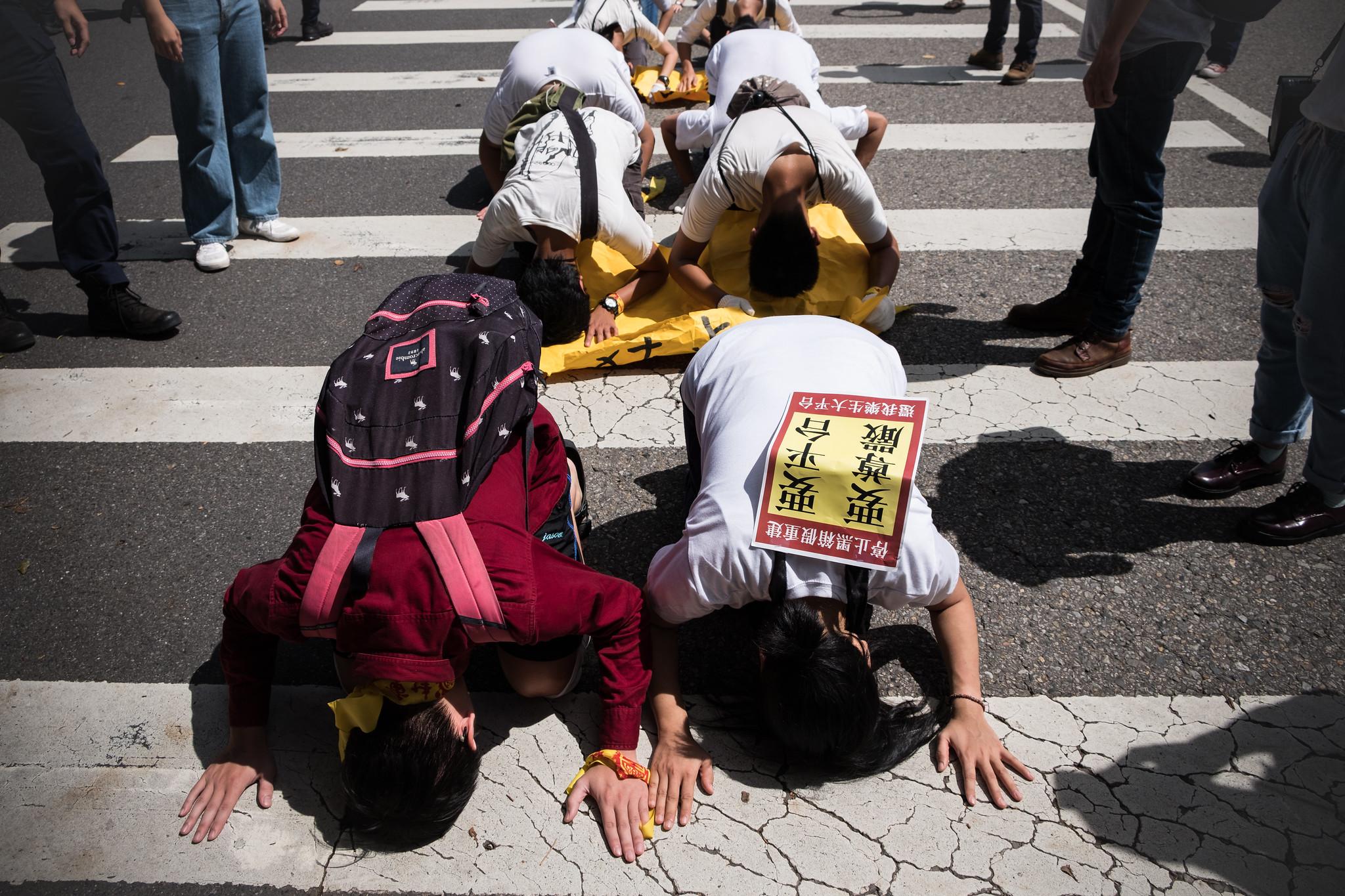 在行政院被強迫解散後,樂青轉往凱道展開六步一跪。(攝影:唐佐欣)
