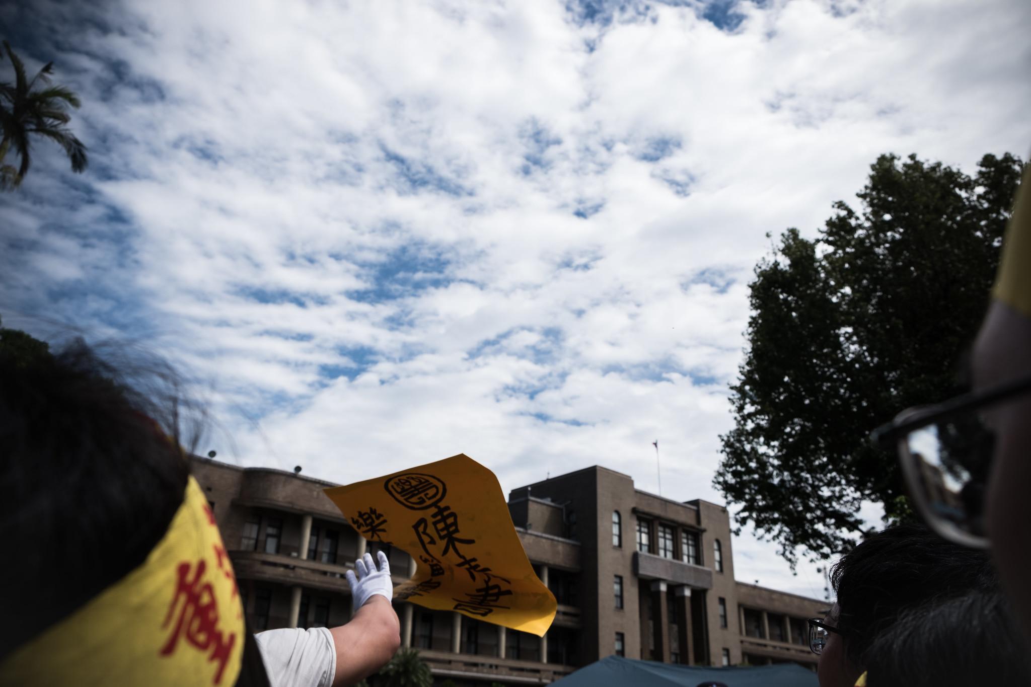 樂青拒絕與沒有決定權的副處長陳情,因此將陳情書扔進行政院,遭警方警告「不要拋擲危險物品」(攝影:唐佐欣)