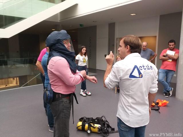 Los ténicos de Prevención de Riegos Laborales de CONFAES imparten el taller de rescate en atmósferas contaminadas.