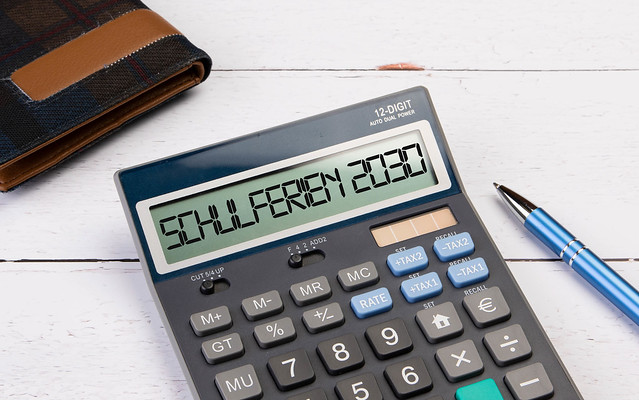 Calculator with the text Schulferien 2030 on the display