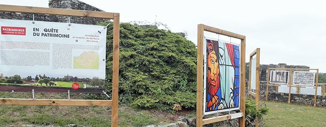 Enquête du patrimoine, les panneaux d'exposition dans la cour du château