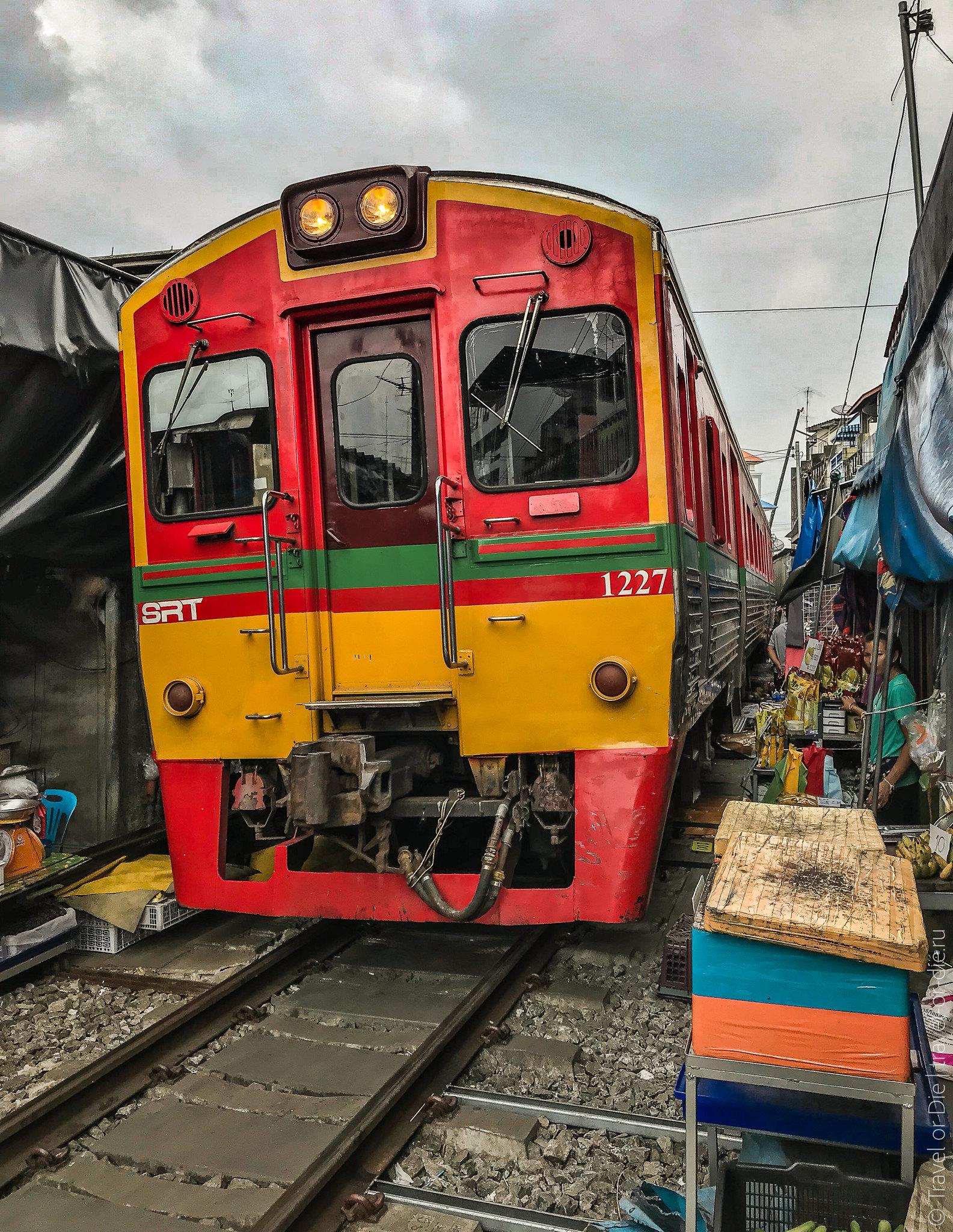 Maeklong-Railway-Market-Bangkok-0145