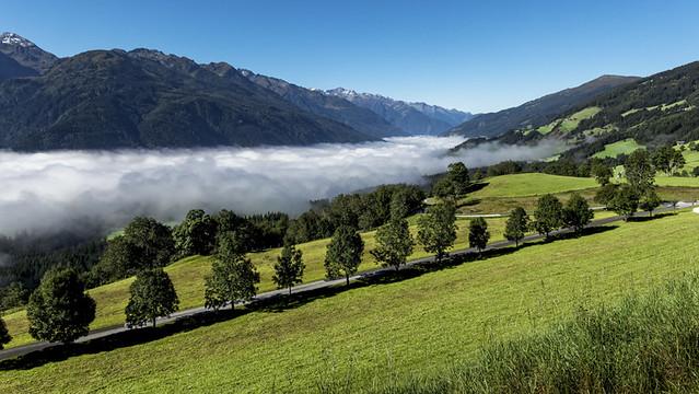 La vallée sous les nuages