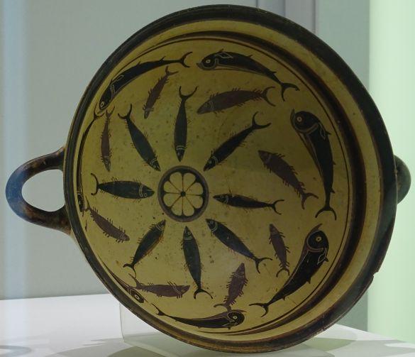 DSC01910LavonianKylixInvNr4805InteriorInTheMiddelEightLeavedRosetteAroundWhichTunasAndDolphinsTurn580-570BC