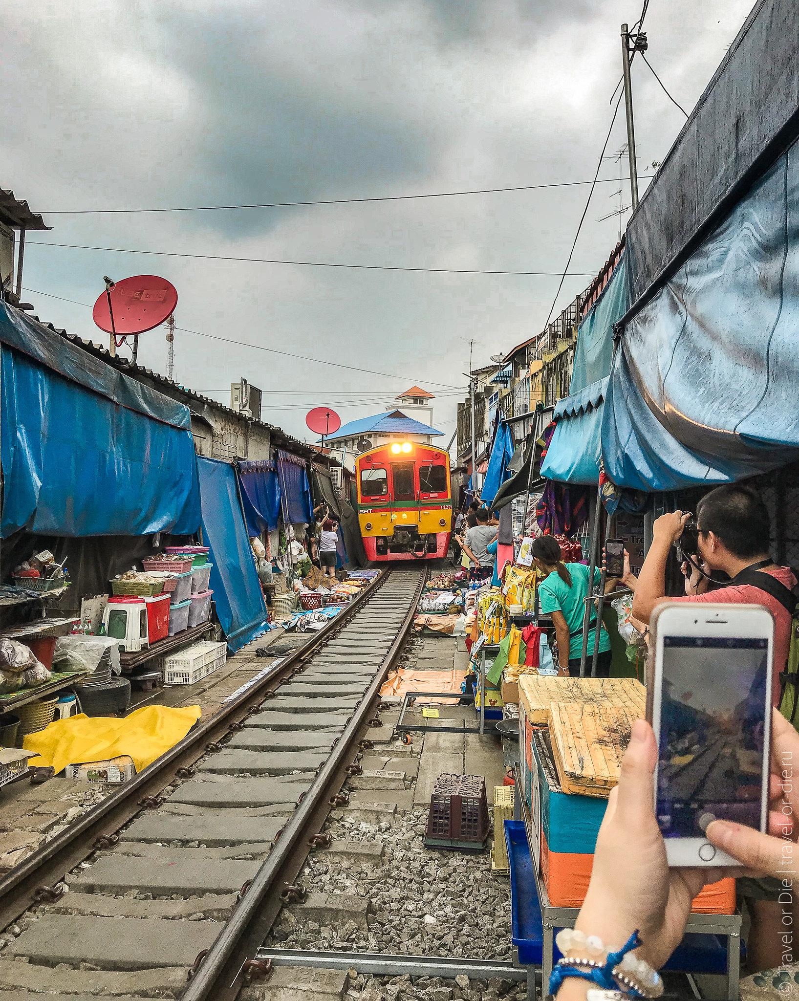 Maeklong-Railway-Market-Bangkok-0142