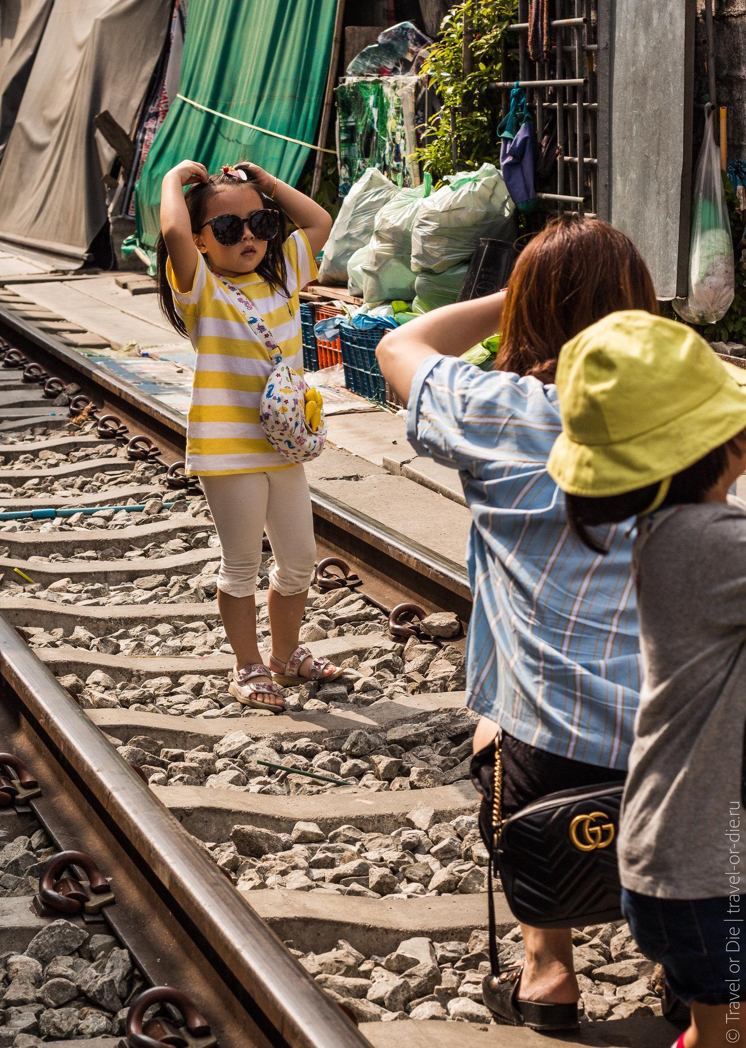 Maeklong-Railway-Market-Рынок-на-железной-дороге-Меклонг-1117