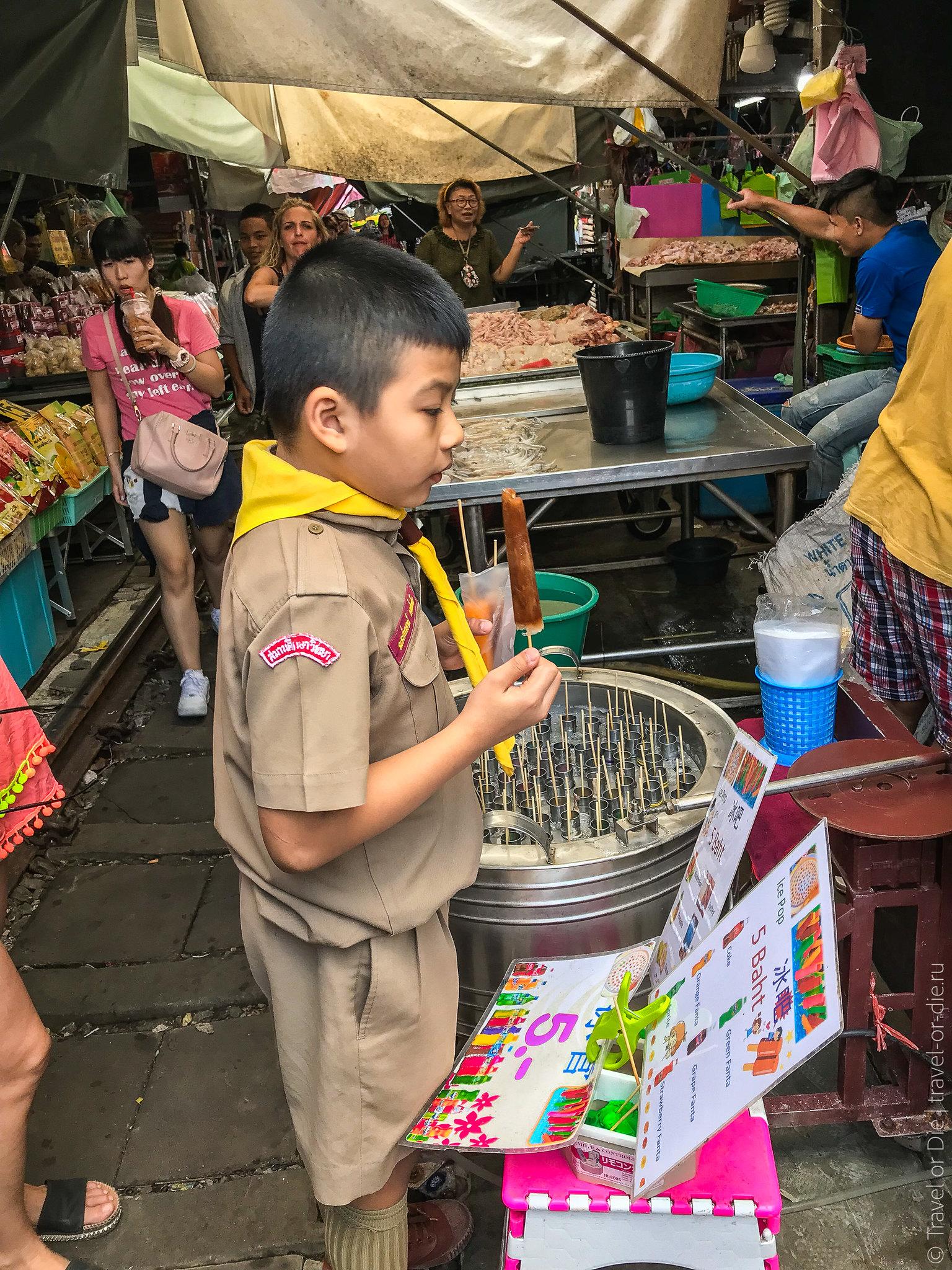 Maeklong-Railway-Market-Bangkok-0100