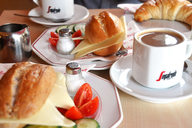 September 2019 ... Frühstück im Café Tiefburg Heidelberg-Handschuhsheim ... Foto: Brigitte Stolle