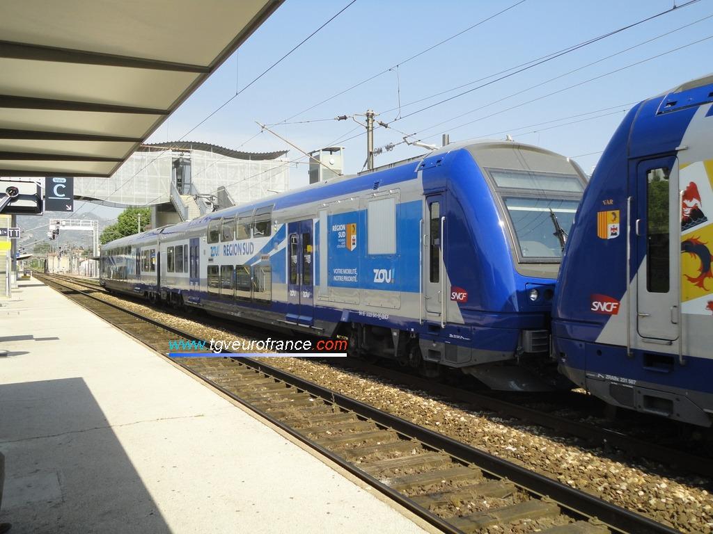 La rame TER 2N Z23541 en queue du train arbore la livrée ZOU! de la Région Sud Provence-Alpes-Côte d'Azur