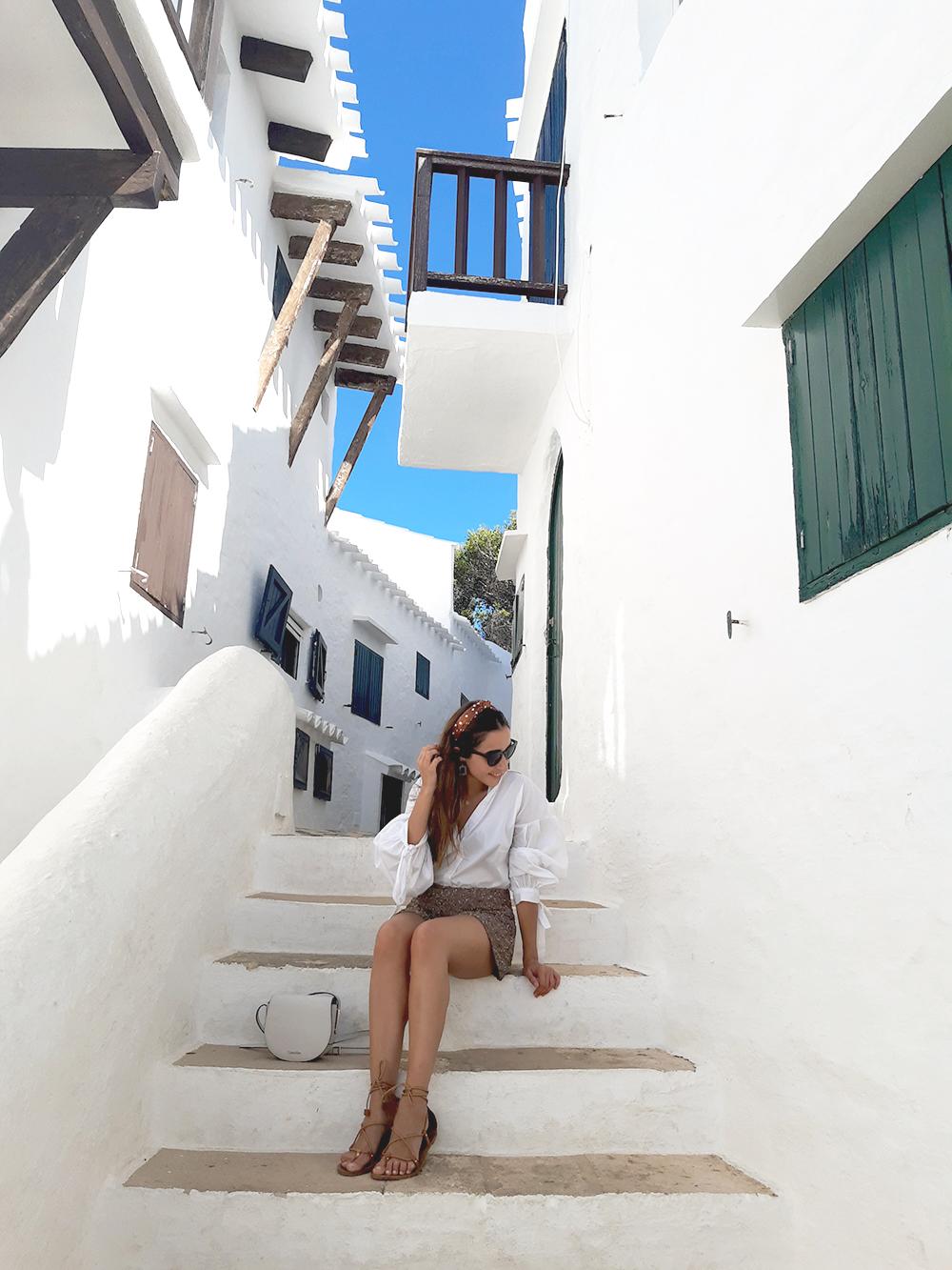 vacances à Minorque paillettes binibecar courte chemise blanche street style6
