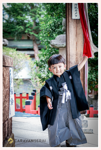 七五三 神社で鈴を鳴らす3歳の男の子