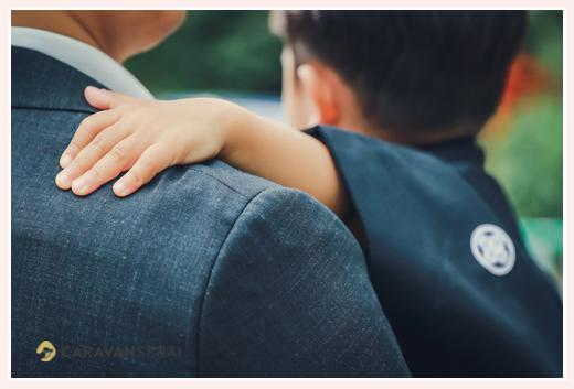 3歳の男の子の七五三 パパ抱っこ 手のアップ