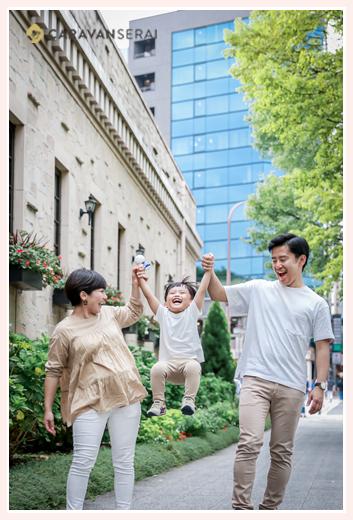 フラリエで家族写真 名古屋市中区 服装は白とベージュでコーデ