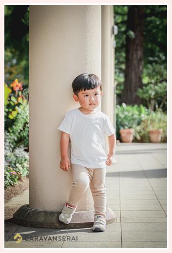 公園で家族写真 3歳の男の子 普段着