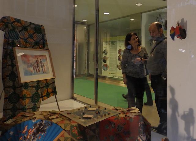 Estibaliz muestra la exposición al Director Nacional de OMP