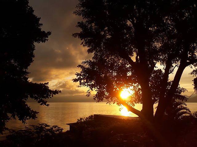 This never gets old. #Sunrise in San Pedro la Laguna, #Guatemala. . . . #travel #housesitting #locationindependent #lakeatitlan #lagoatitlan #digitalnomad #housesitter #soy502 #guate