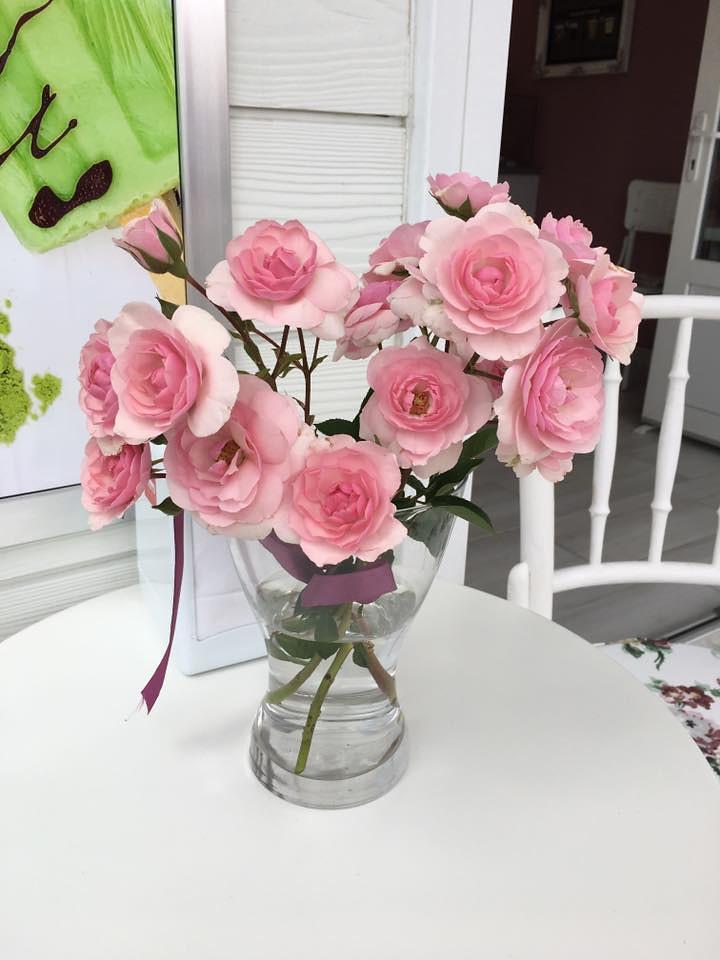Üzlet asztal virággal