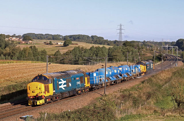 37403 'Isle of Mull' leads 642011 & 642044 with 37424 at rear pass Brantham on 2.10.19 with 3S60  0901 Stowmarket D.G.L. to Stowmarket D.G.L. RHTT working