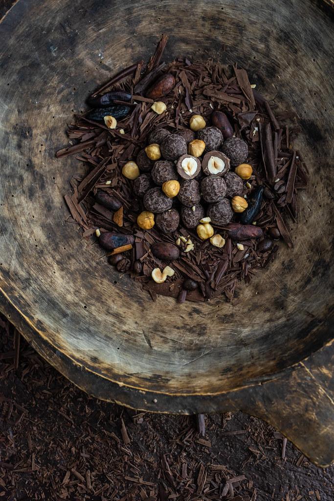 Pörkölt törökmogyoró tonkababos tejcsokoládéban, kávétöretes étcsokoládéval