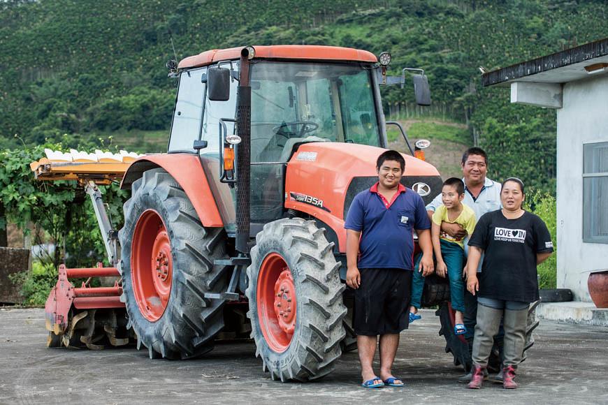 農友吳俊祐(右2)的家人寶貝與農機寶貝。