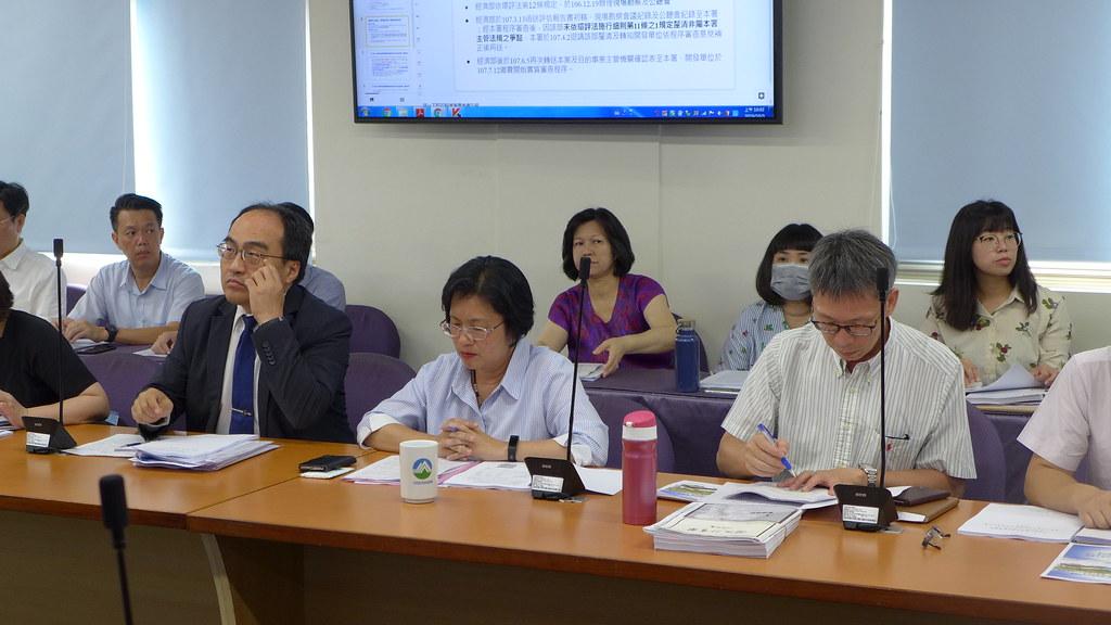 經濟部工業局長呂正華(左一)、彰化縣長王惠美(左二)出席緊盯環評審查過程。孫文臨攝