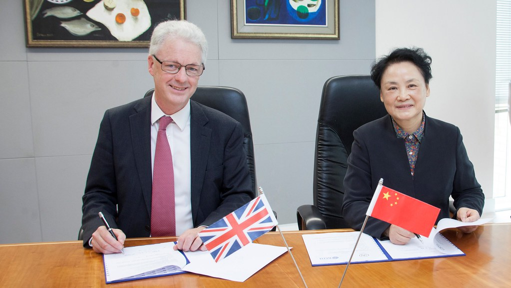 Professor Ian White FREng, Vice-Chancellor and President of the University of Bath, and Shanghai Academy's First Vice President Li Youmei, sign the Memorandum of Understanding between the two institutions