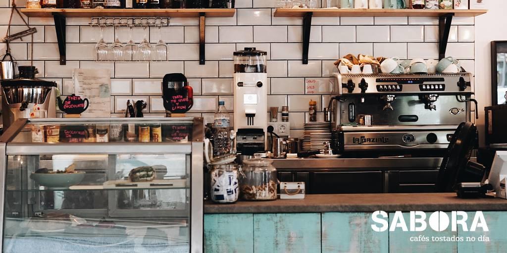Cafetera y molinillo profesional de café en cafetería