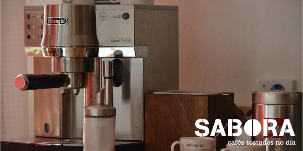 Cafetera expreso en una cocina