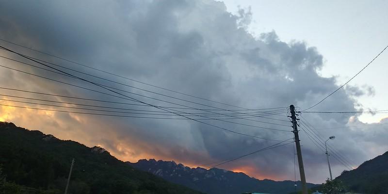 태풍이 지나간 뒷자리, 순식간에 불타오르고 꺼지는 저녁노을