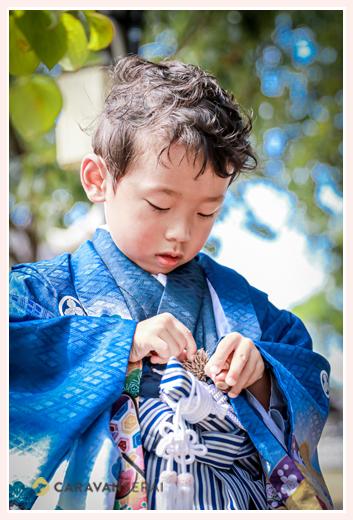 5歳の男の子の七五三 神社の境内でどんぐりを集めるのが楽しみ♪