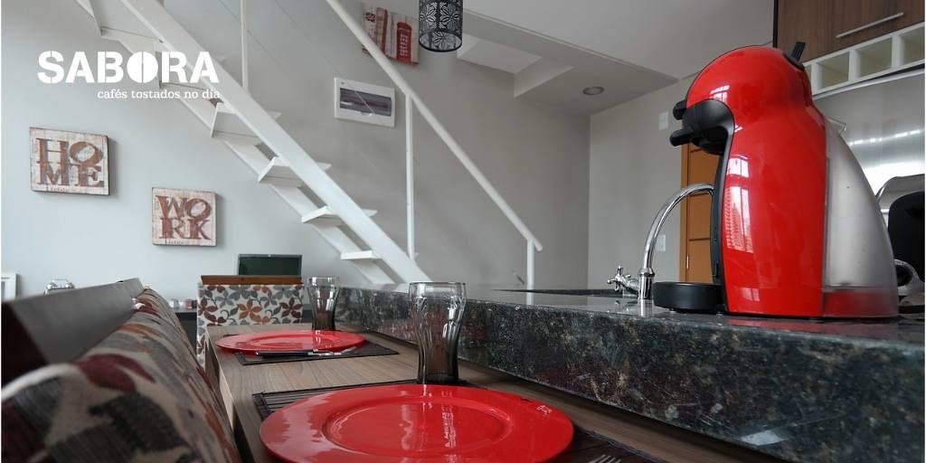 Cafetera roja en apartamento