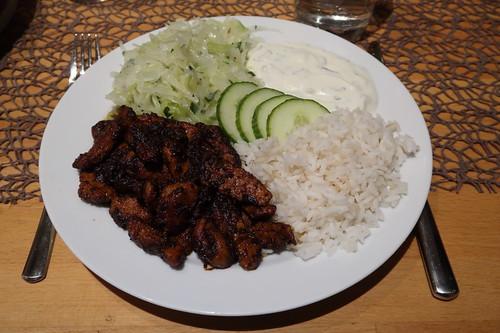 Pfannengyros mit Reis, Krautsalat und Joghurtsoße