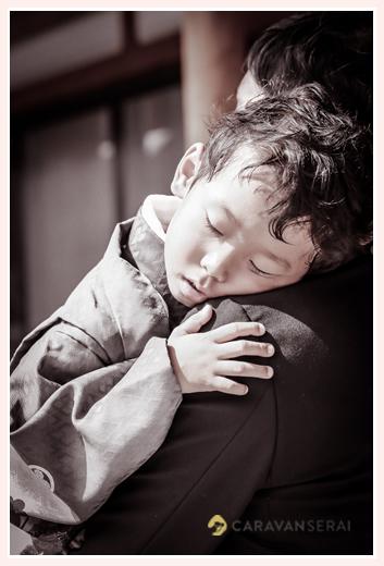 七五三 疲れて眠る5歳の男の子