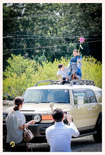 トヨタSUVのルーフトップに乗る子供
