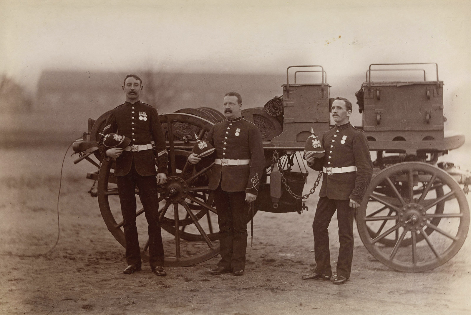 31. Три солдата из королевских инженеров возле телеграфа во время англо-египетской войны