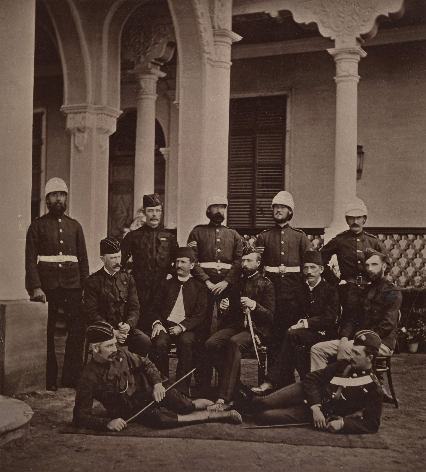 24. Офицеры, служившие в англо-египетской войне. Принц Артур, герцог Коннотский и Стратхеарн сидит в центре группы, держа меч в левой руке