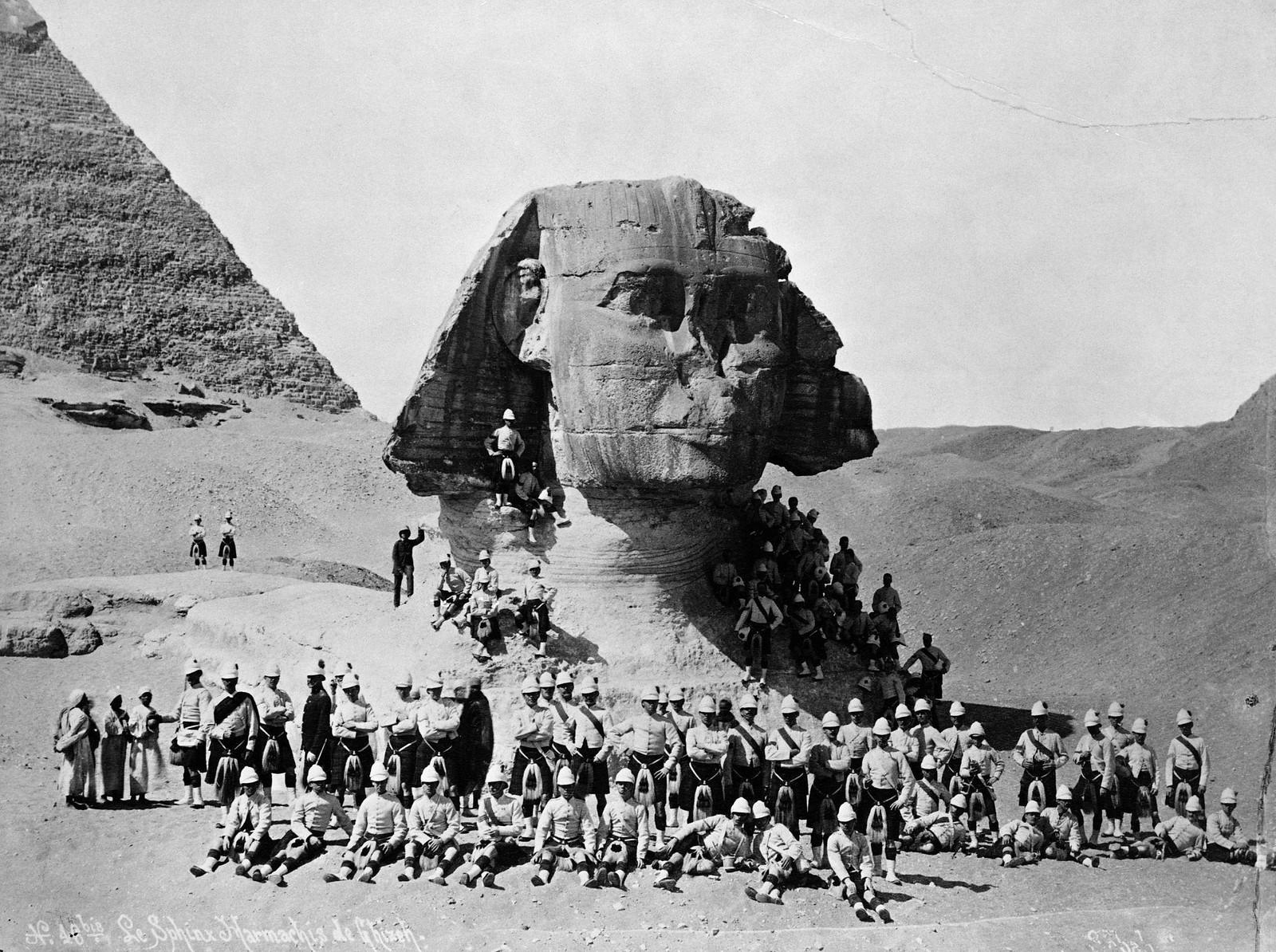 16. Члены британских войск собираются вокруг Великого Сфинкса в Гизе после победы в битве при Тель-Эль-Кебире