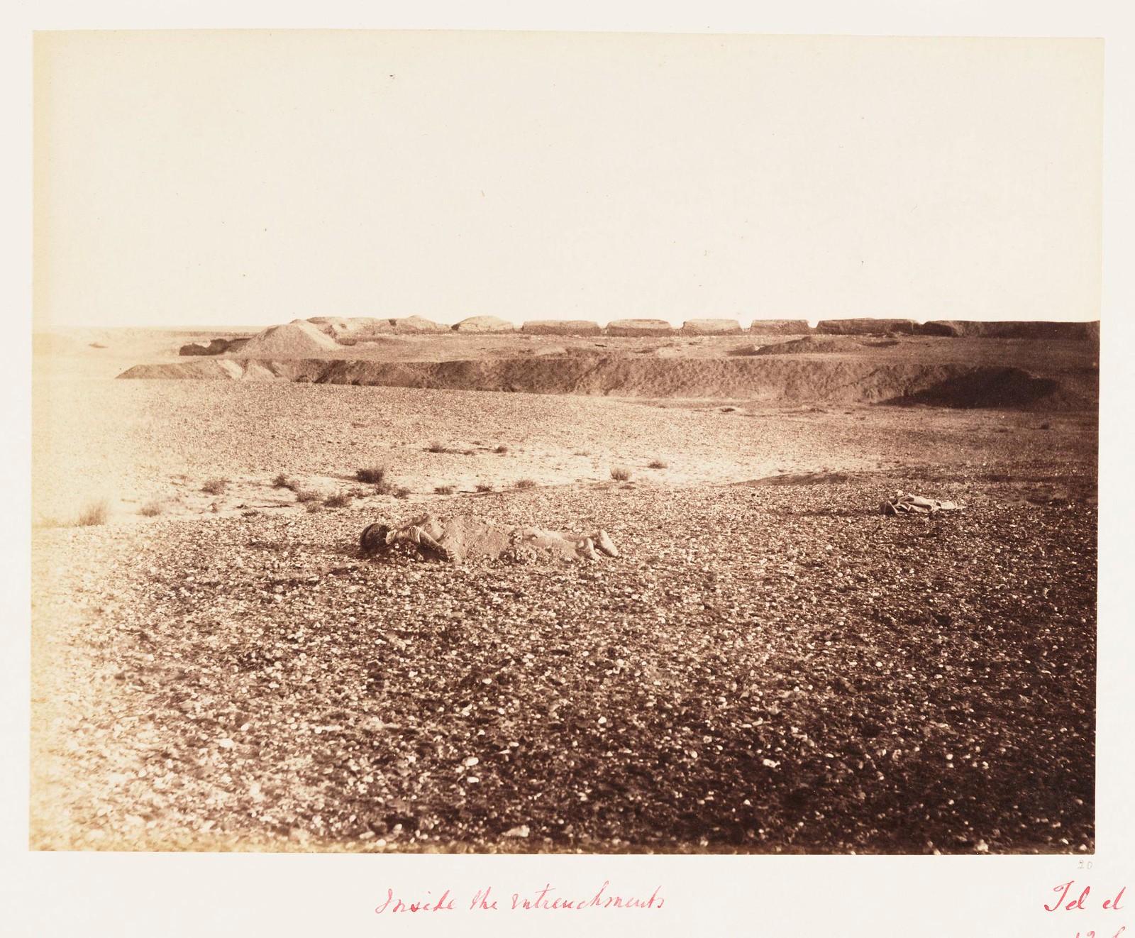 11. Египетские окопы на поле боя в окрестностях Эт-Тель-эль-Кебира. Через три месяца после битвы мертвое тело все еще ожидает захоронения