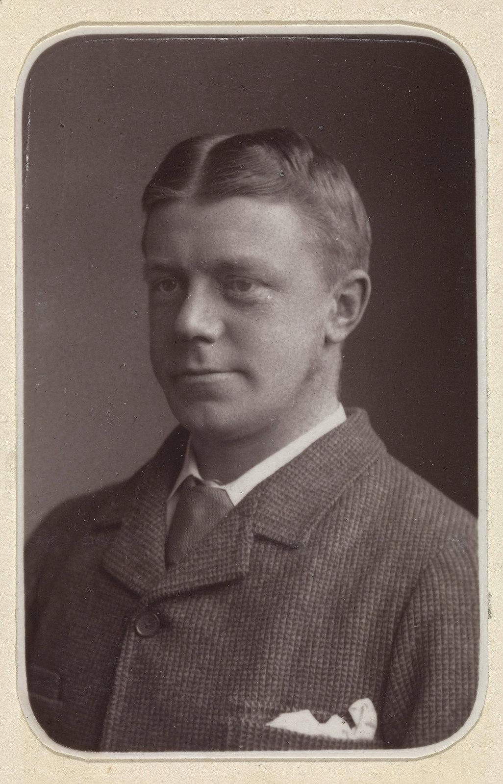 15. Уайетт Роусон был военно-морским адъютантом во время англо-египетской войны. Он был убит в битве при Тель-эль-Кебире
